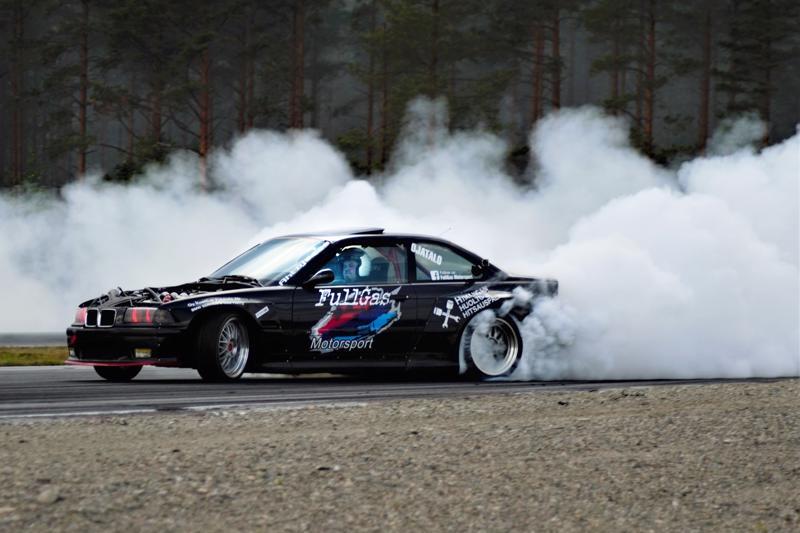 Toni Ojatalon drifteri on rakennettu alunperin tieliikennekelpoisesta BMW M3:sta. Hänellä saattaa kulua Semi-slick-renkaita kisan aikana 10-20 kappaletta.