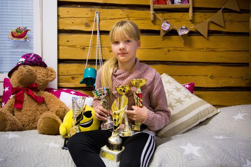 Iida Anttilan kaappiin on jo 10-vuotiaana ehtinyt kertyä monta palkintopokaalia.
