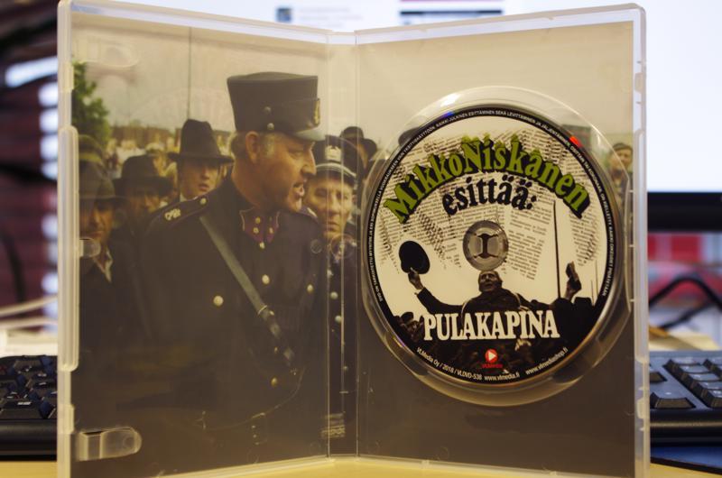 Niskasen Pulakapinan paikkoja katsotaan dvd-levyltä kirjastolla.