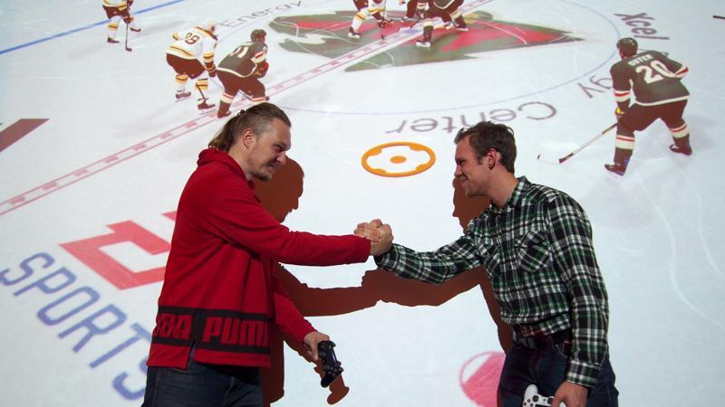Jouko Saukko (vas.) ja Sasu Rentola järjestävät NHL-turnausta Halsualle. Turnauksessa ratkeaa Keski-Pohjanmaan mestaruus NHL19-pelissä.