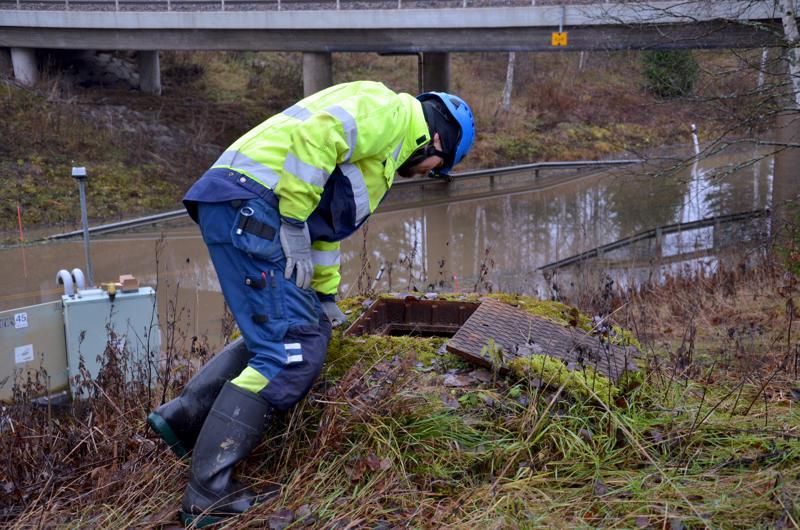 Huoltomies Joni Kuorilehto tarkistaa, että vesi nousee tieltä korjatun pumpun avulla kaivoon ja edelleen maastoon.