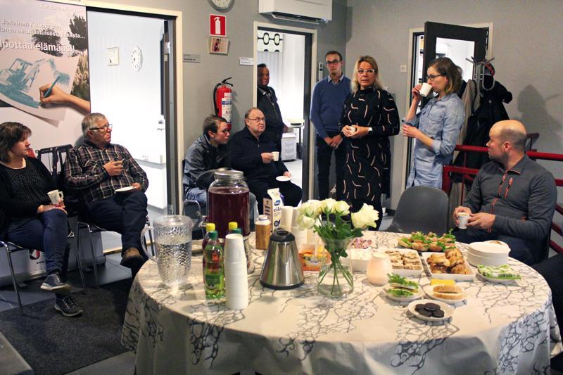 Yrittäjien iltakahveille kokoontui parikymmentä yrittäjää. Vasemmalta Elina Keski-Korpi, Antti Tiikkainen, Tomi Keski-Korpi, Martti Pietikäinen, Eino ja Ville Kyllönen, Tiina Kiviranta, Jenni Mustola ja Juha-Pekka Hyvölä.