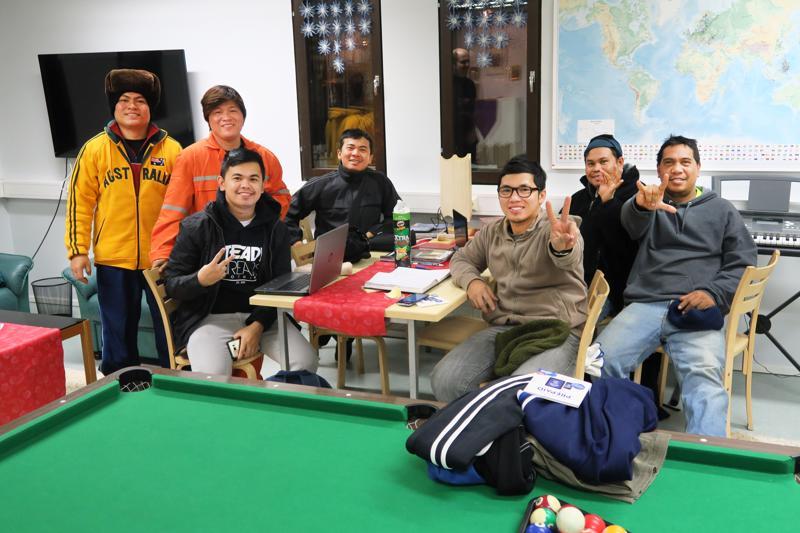 Merimiehet pelaavat esimerkiksi biljardia vapaa-ajallaan Satamakirkossa.