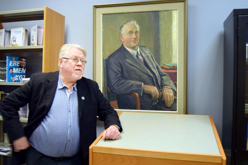 Lars Sund vieraili Pietarsaaressa vuonna 2017 runoilija Viktor Sundin hyväksyvän katseen alla.