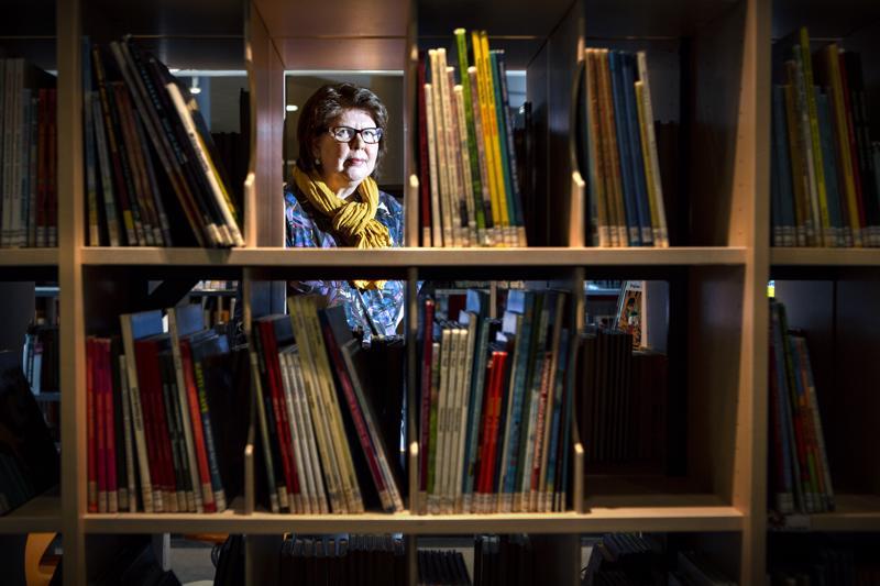 Pirjo Pellinen sanoo, että kirjaston laajasta valikoimasta löytyy varmasti jokaiselle sopivaa luettavaa.