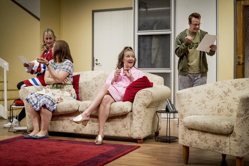 Kokkolan kaupunginteatterissa on esitetty tänä syksynä Koukussa-farssia.