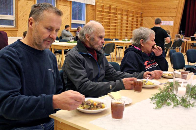 Seppo Partanen (vas.) nauttii hirvisoppaa, kotona leivottua ohrarieskaa ja kotikaljaa elämänsä ensimmäisissä hirvipeijaisissa Viljo ja Raili Seppälän kanssa.