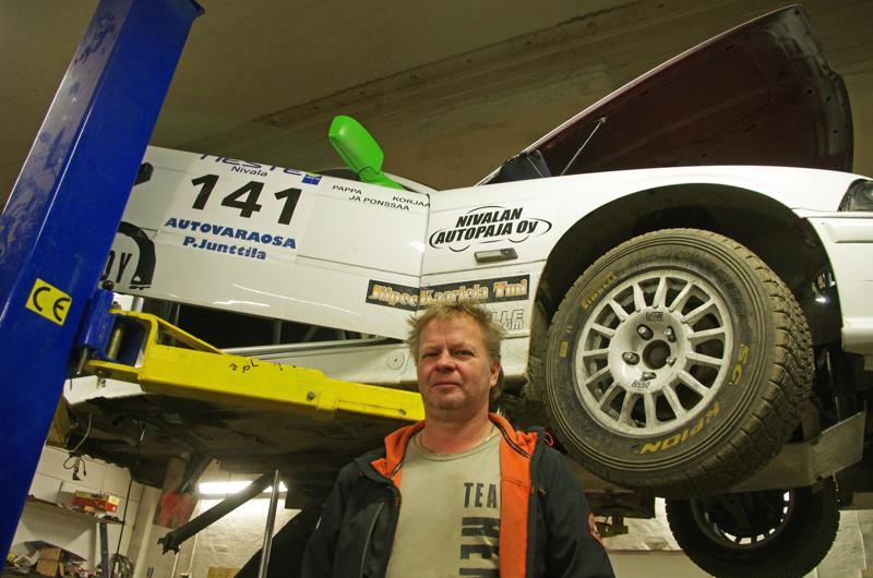 Hemppa Hosionaho ja nosturilla auto, jolla todennäköisesti hänen poikansa ajaa Nivalan-kisassa ensi kesäkuussa.