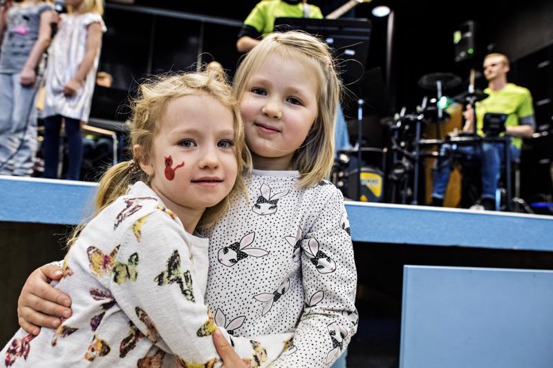 Lilja Koppisen ja Helmi Oikarisen erottaa vain Kaanaanmaantie. Viisivuotiaat tytöt tekevät kaiken yhdessä.