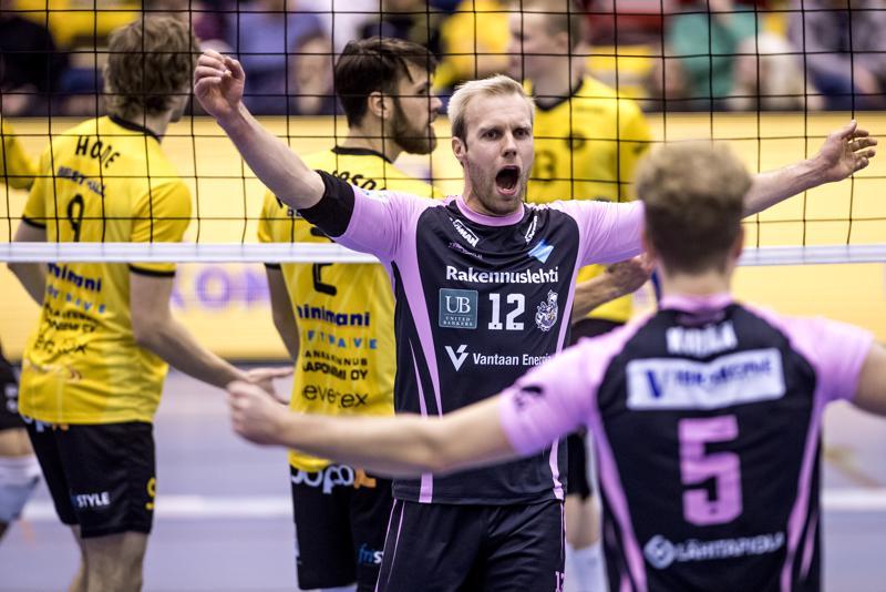 Vantaan Toni Kankaanpää tuulettaa, kun pallo on Tiikereiden kentässä.