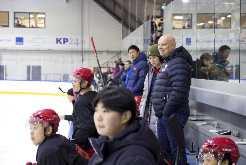 Juha Nurmisen (oik.) luotsaama kiinalaisjoukkue kävi isänpäivänä hakemassa pelituntumaa harjoitusottelusta Ylivieskan Jääkarhuja vastaan.