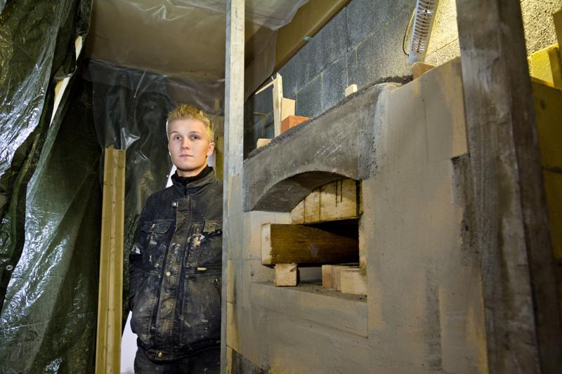Mika Jämsä on perustanut Muuraus Jämsä Ky:n jo 1999, ja nykyään yrityskumppanina toimii hänen poikansa Jasu (kuvassa). Kuvan keskeneräinen takka edustaa nykymuodin mukaista kompaktia, mutta luukuiltaan isoa takkamallia.