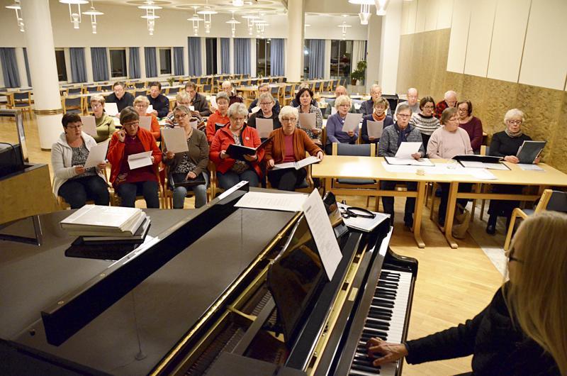 Haapaveden kirkkokuoro harjoittelee keskiviikkoisin seurakuntasalissa. Johtajana toimii kanttori Auli Kärkölä.