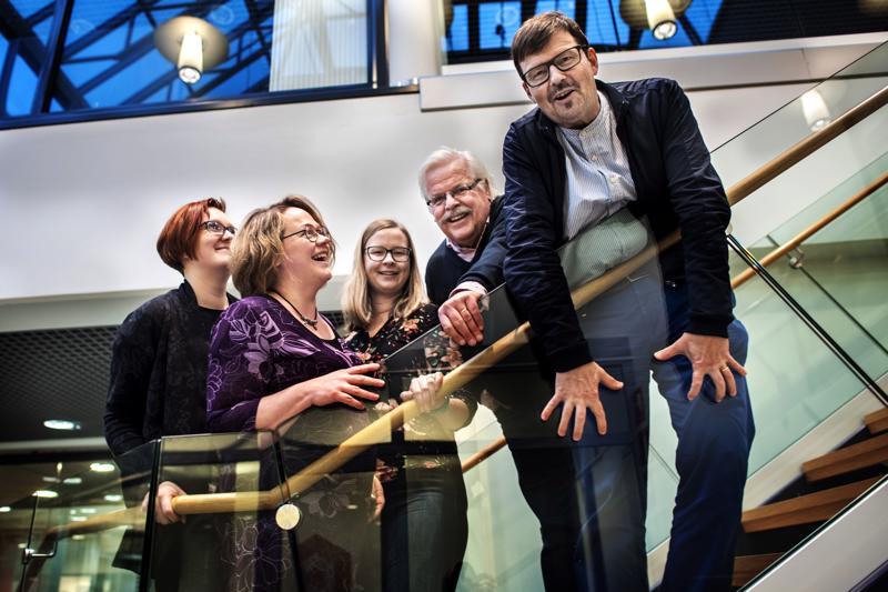 Susanna Mäkelä, Marita Kaakinen ja Pauliina Rintala ovat mukana uudessa Kokkola-Oulu Ensemblessä. Kamarikuoro on ottanut konserttikaverikseen Lauluyhtye Tiernat, jossa harrastavat muun muassa Ossi Peltoniemi ja kuoroa johtava Kari Pappinen.