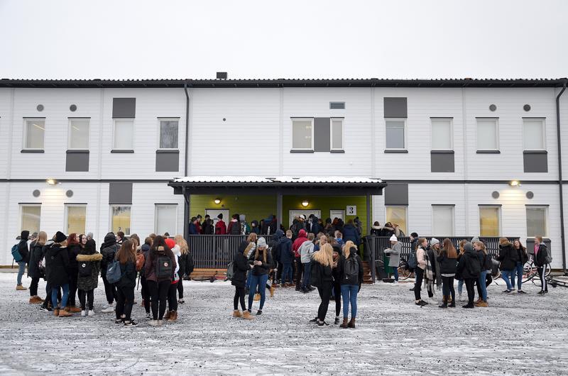 Jokirannan koulun uusien tilojen rakentamiseen valmistautuminen ja entisten alaskirjaus näkyvät kaupungin taloudessa useamman vuoden ajan. Kuvassa väliaikaiset parakit.