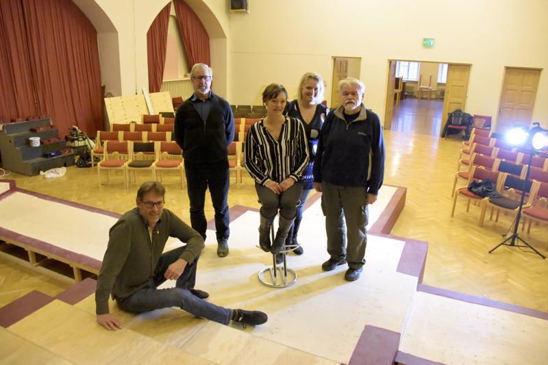 Palokunnantalon salia ei tunnista entisekseen. Tähtisadetta joulun alla lupaavat ohjaaja Anders Hassel (istumassa), Guy Björklund, Annika Strömberg, Heili Hintz ja Nils Karlström.