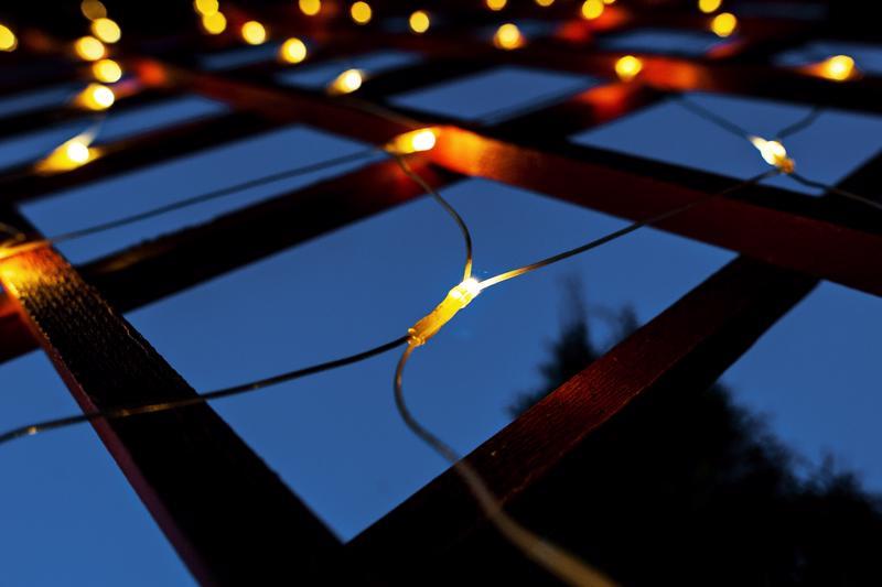 Marraskuun pimeyttä torjutaan valaistusta lisäämällä. Kolumnisti kehottaa kuitenkin sammuttamaan lamput.