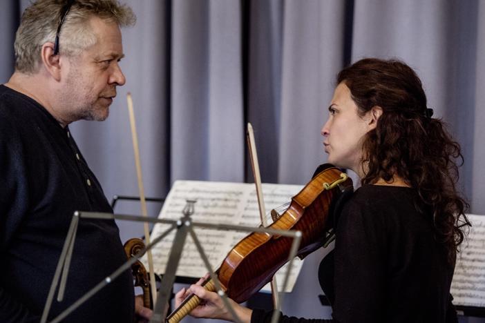 Reijo Tunkkari ja Lorenza Borrani käyvät tiukkaa musiikillista keskustelua Alfred Schnittken teoksen soolo-osuuksissa.