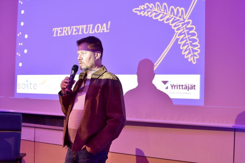 Pertti Salovaara oli kertomassa sairastumistaan kaksisuuntaiseen mielialahäiriöön Osatyökykyisille tie työelämään (OTE) -hankkeen loppuseminaarissa Kokkolan kaupungintalolla.