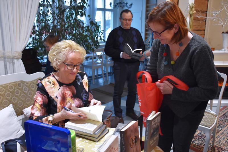 Anja Lampelan veljentytär Mirja Taari sai kirjaansa signeerauksen Käännänkylän entisellä koululla pidetyssä kirjanjulkistustilaisuudessa.