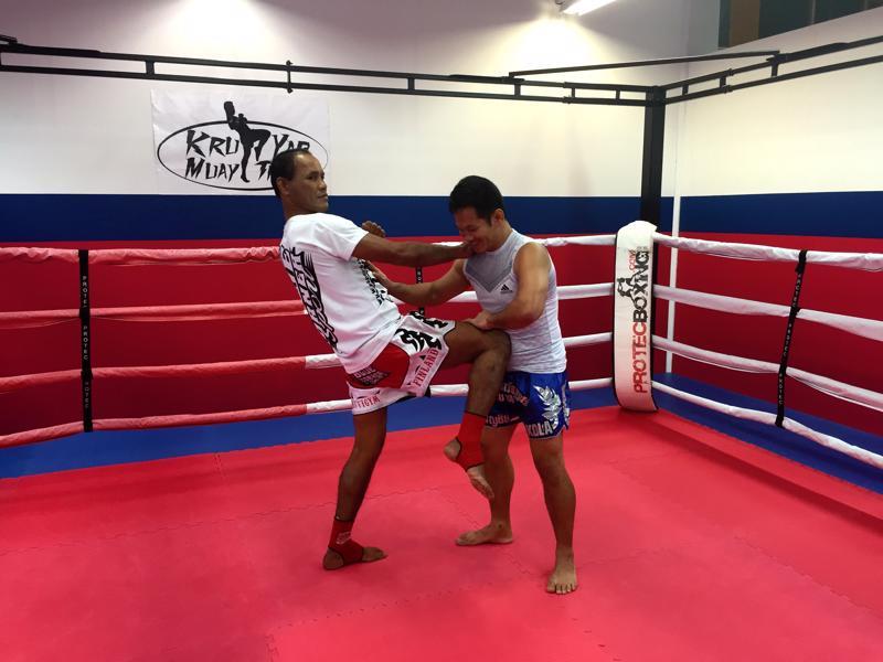 14-kertainen maailmanmestari Jomhod Kiatadisak (vas) vieraili Kokkolassa. Tässä tyylinäyte yhdessä Payap Tothian kanssa. Tothian edustaa paikallista Team Kru Yap Muay Thai-seuraa.