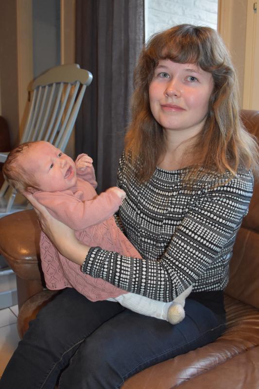 Onnea! Tämän päivän nimipäiväsankari, kannuslainen Janika Pirnes harrastaa leipomista, ompelua ja askartelua. Seitsemän kuukauden ikäinen Ellen viihtyy äitinsä sylissä.