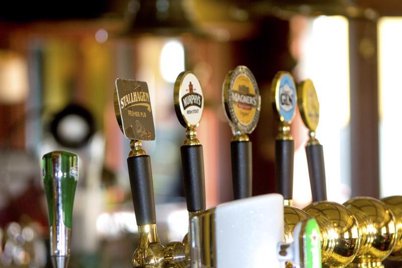 Luke selvitti ravintoloiden alkoholiannosten arvonlisäveron laskun tuomia haittoja ja hyötyjä. Työpaikkoja alv:n lasku 14 prosenttiin toisi 2 400.