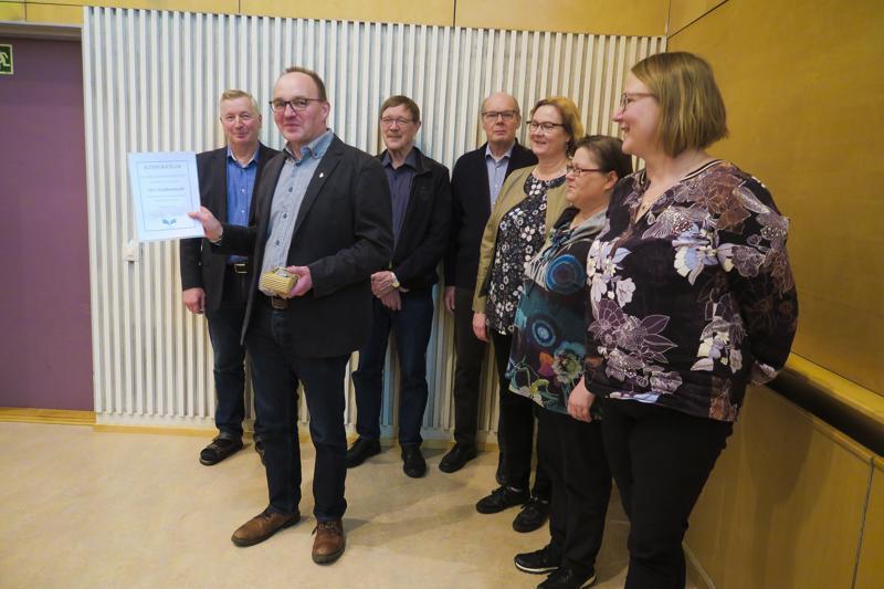 Ari Eteläniemi (toinen vas.) on järjestyksessään kymmenes Vuoden tieisäntä. Yksityisteiden tieisännöitsijä on täysin suomalainen innovaatio - missään muussa maassa ei ole kyseistä osaajakuntaa.
