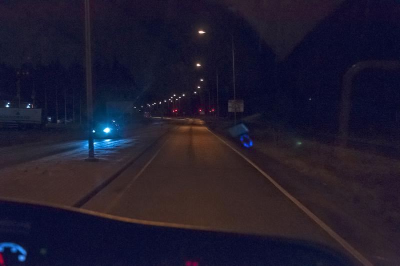 Seiskabussin kyydistä katsottuna näkymä oli tiistai-iltana tällainen. Katuvalot valaisevat tien, mutta eivät esimerkiksi tien piennarta.