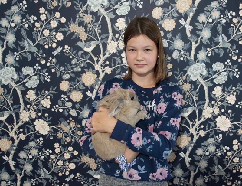 Janica Peltola hoitaa perheen kaksivuotiasta Hipsu-kania mielellään.