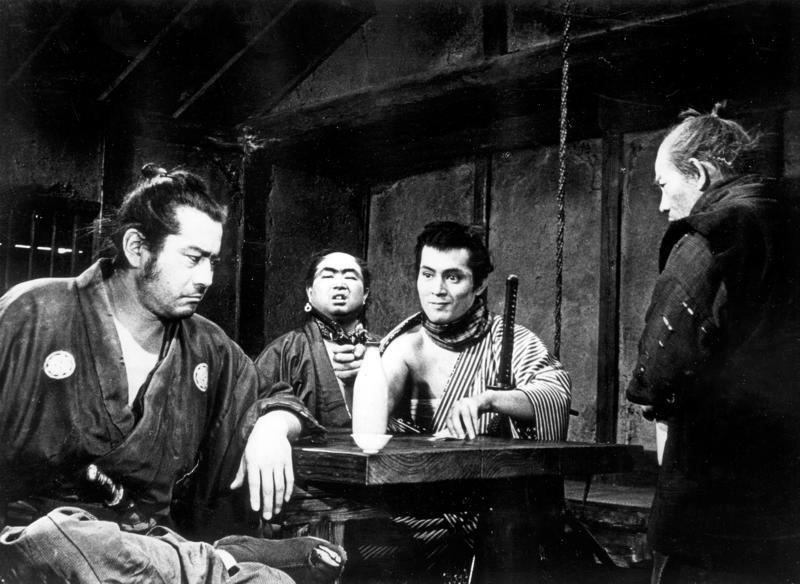 Akira Kurosawan samurai-klassikko on jo lähes 60-vuotias. Yojimbossa isännätön samurai (Toshiro Mifune, vasemmalla) alkaa usuttaa kylän kilpailevia sotaherroja toisiaan vastaan.