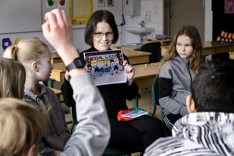 Ruotsin kieltä alettiin opettaa kerhomuodossa Itälän koulussa jo viime talvena opettaja Tiina Sundkvistin johdolla. Nyt ruotsi on valinnaisena kielenä jo ensimmäiseltä luokalta alkaen, ja enemmistö oppilaista on valinnut sen.