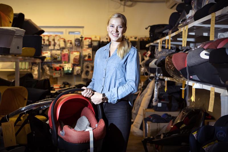 Kauppias Mia Seikkulan mukaan vanhemmat tietävät nykyisin kohtalaisen hyvin vauvojen ja lasten turvaratkaisuista autoissa.