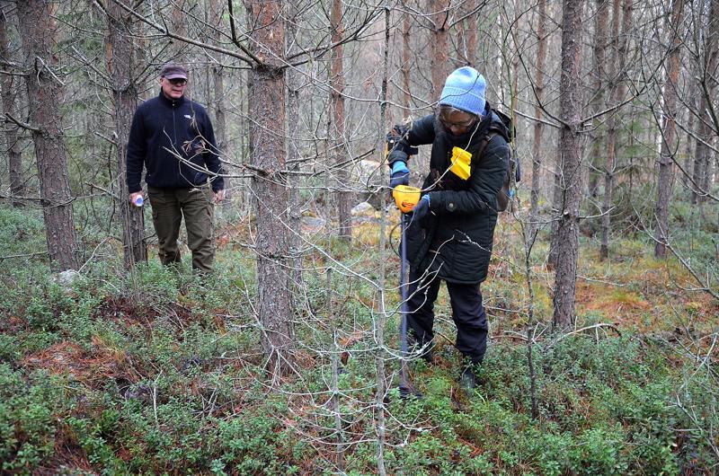 Arkeologit Jari Okkonen ja Mirette Modarress maastokohteessa Kiurunkankaan maastossa.