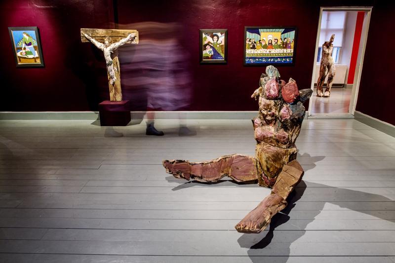 Kuvanveistäjä Emma Helle toi ITE-museolle kookkaita puuveistoksia, jotka saivat rinnalleen slovakialaisen ITE-taiteilija Ondrej Šteberlin maalauksia.