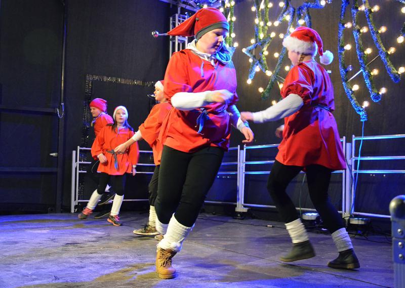 YVoLin voimitelijat esittivät tonttuleikin joulunavauksen aluksi.
