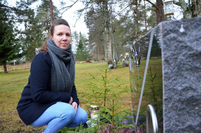 Paula Eskola käy poikansa haudalla viikoittain. Kokemus on opettanut, ettei haudalle enää tuoda henkilökohtaisimpia muistoesineitä.