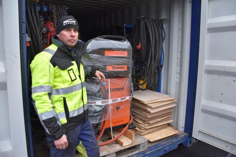 Markus Mäkelä kertoo, että kontit on nyt pakattu Lahden työmaata varten.