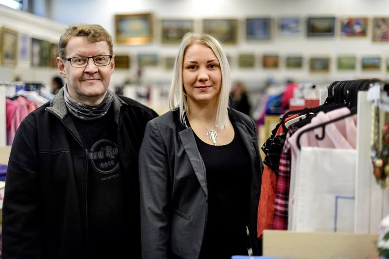 Pekka ja Henna Välikangas luottavat siihen, että tavalliset pöytäkirpputorit pitävät pintansa nettikirpputorien seassa.
