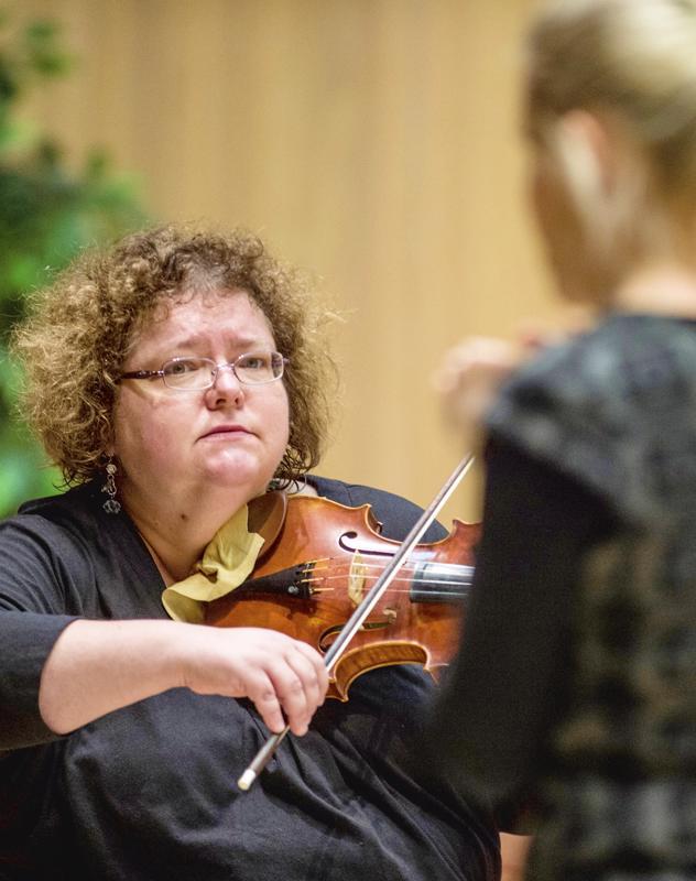 Kreeta-Maria Kentala johti Barokin lumo ja hurmio -konsertin Snellman-salissa vuonna 2016.