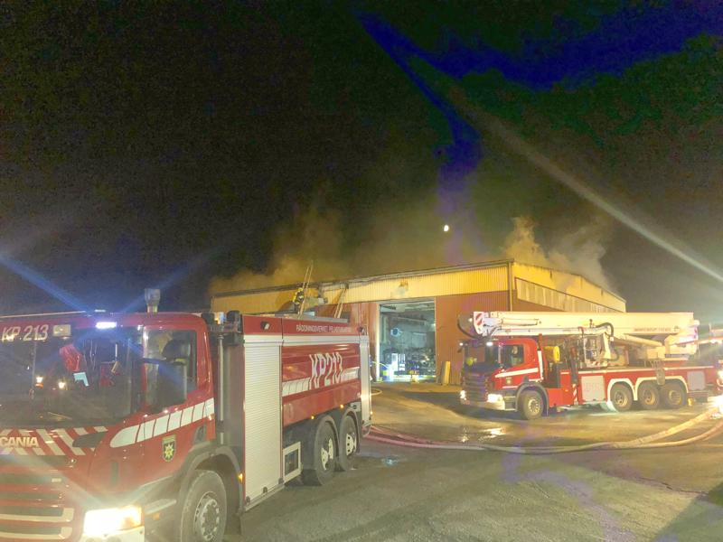 Betonifirma Jakoben teollisuushallissa syttyi tulipalo lauantai-iltana.