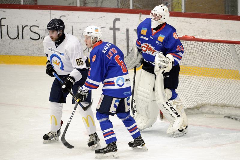 JHT-vahti Fredrik Grönstrand hakee katseellaan kiekkoa Ramil Jokisen ja Juho Luttisen muodostaman maskin takaa.