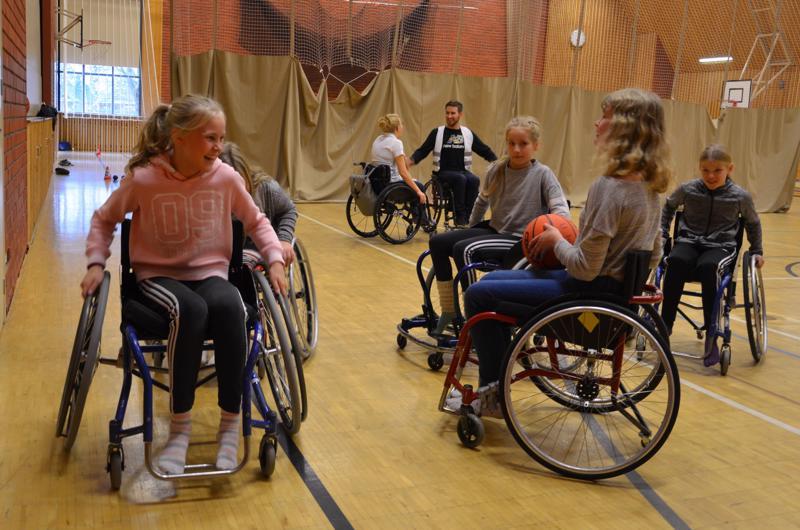 Oppilaat pääsivät testamaan Para School Day -päivässä muun muassa pyörätuolikorista.