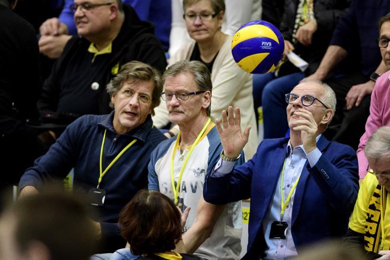 Pallo haltuun. Tiikereiden SM-sarjajoukkueen valmentaja Jussi Laakkonen otti katsomoon lentäneen pelipallon varmasti näppeihinsä. Vieressä peliä seurasivat Reijo Vähärautio ja Jaakko Ojatalo.