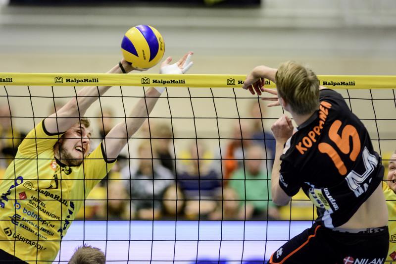 Antti Leppälä (vas.) piti Tuomas Koppasen aisoissa lauantaina Kokkolan Tiikerien ja Raision Loimun välisessä ottelussa.