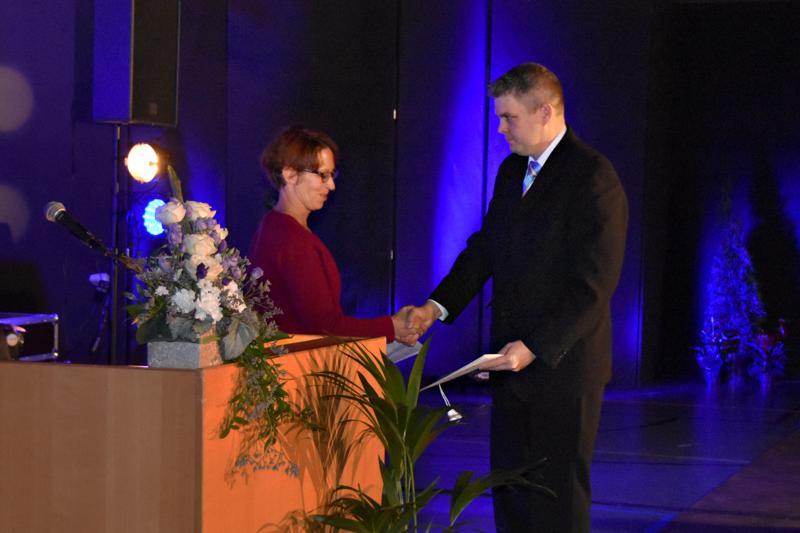 Sari Essayah ojensi Haapaveden Urheilijoitten puheenjohtaja Juha Aholle Kansainvälisen olympiakomitean onnitteluadressin.