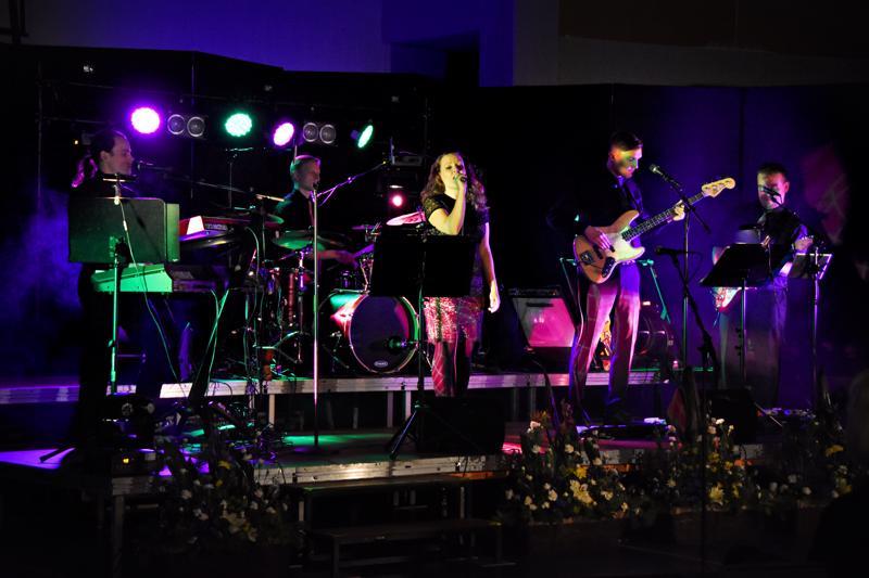 Tyttö ja Toivevävyt -yhtye oli koonnut juhlakonsertin ohjelmistoon tilanne huomioiden ja vähän kieli poskessa urheilumusiikkia, kuten Eppujen Urheiluhullu, Popedan Sukset ja lastenlauluklassikko Jänöjussin mäenlasku.