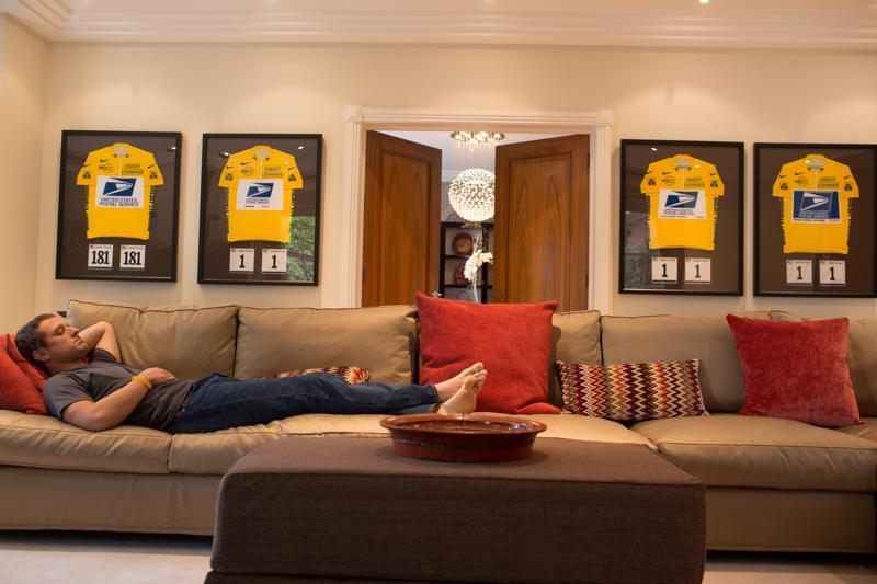 Pyöräilijä Lance Armstrongia näyttelee Ben Foster. Armstrong jäi kiinni laajasta dopingin käytöstä, sitä käsitellään elokuvassa The Program.