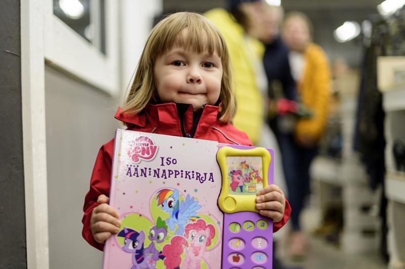 4-vuotias Aada Lehtimäki tykkää kierrellä kirpputoreilla. Hänen mielestään jokaiselta kirpputorilta pitää löytyä leikkipaikka, joten Simppeli-kirppiksen leikkipaikka toteutti hänen toiveensa.
