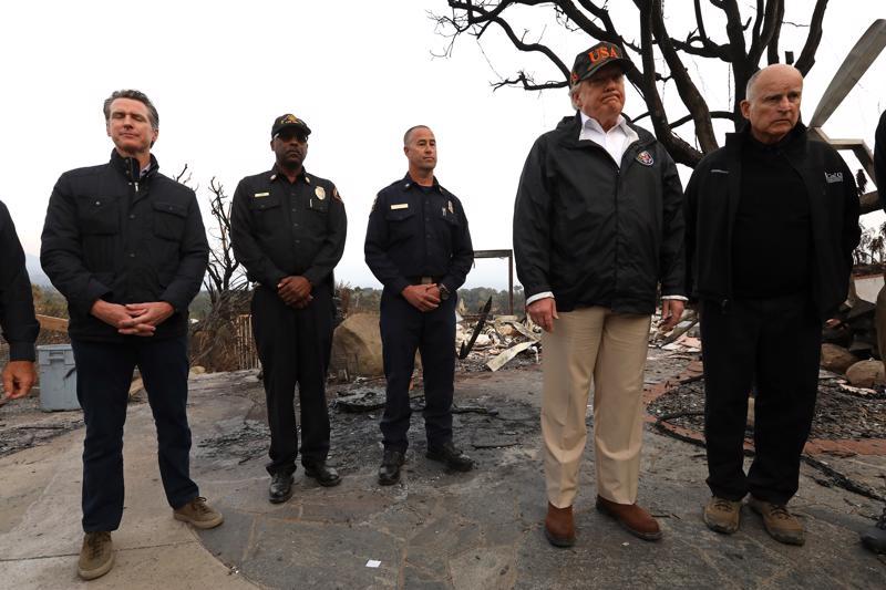Presidentti Donald Trump nosti esiin Suomen hyvän metsien hoidon, kun hän tutustui lauantaina Kalifornian metsäpalojen tuhoihin muun muassa kuvernööri Jerry Brownin (oik.) kanssa.